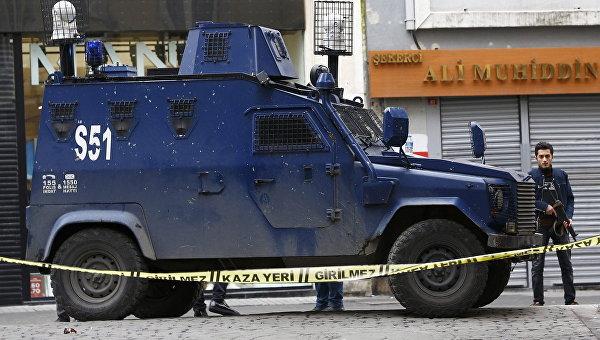 Сотрудники турецкой полиции неподалеку от места взрыва на улице Истикляль в Стамбуле. 19 марта 2016