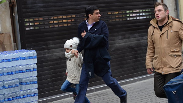 Прохожие неподалеку от места взрыва на улице Истикляль в Стамбуле. 19 марта 2016