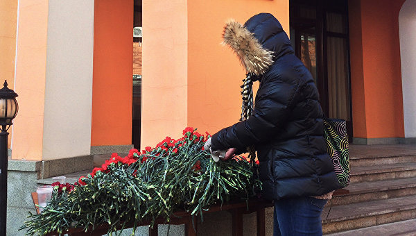 Москвичи несут цветы к представительству Ростовской области в память о погибших в авиакатастрофе