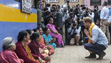 Британский принц Гарри с местными женщинами возле Золотого храма в Патан, Непал. 20 марта 2016