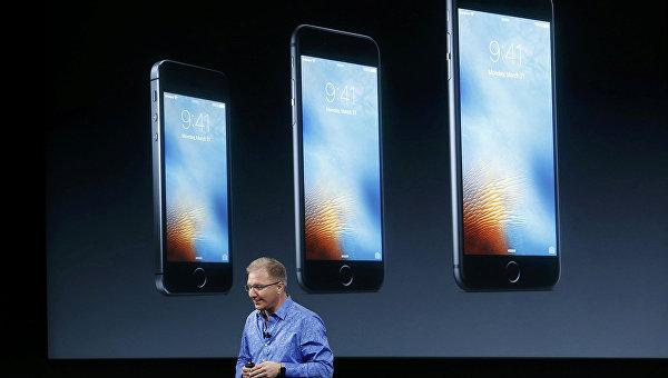 Вице-президент компании Apple Грег Джосвиак во время презентации iPhone SE в Калифорнии. 21 марта 2016
