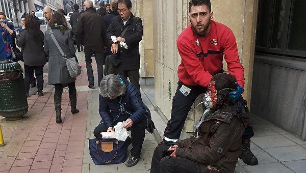 Раненые возле станции метро Мальбек в Брюсселе, Бельгия. 22 марта 2016