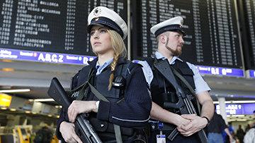 Сотрудники полиции в аэропорту Франкфурта, Германия. Архивное фото