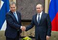 Президент России Владимир Путин (справа) и президент Финляндии Саули Ниинистё во время встречи в резиденции Ново-Огарево