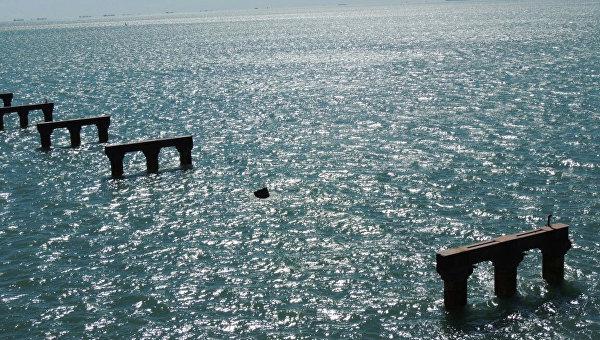 Последствия столкновения турецкого сухогруза с опорой временного моста в Керченском проливе