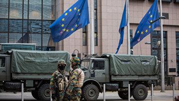 Военнослужащие обеспечивают безопасность штаб-квартиры Европейской комиссии в Брюсселе. Архивное фото