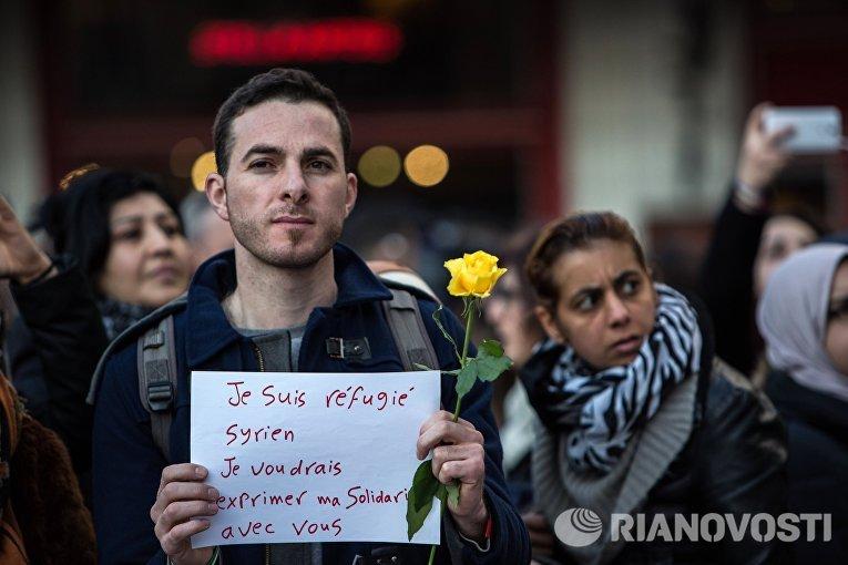 Участник траурного митинга в память о погибших в результате взрывов в аэропорту Завентем и в районе станции метро Мальбек в Брюсселе