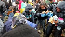 Беженцы дрались и выхватывали друг у друга гумпомощь в лагере возле Идомени