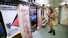 Девушка внутри поезда Герои на все времена перед выездом на пробный проезд на кольцевую линию метрополитена из электродепо Красная Пресня