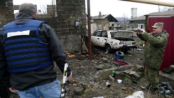 Мужчины на территории жилого дома, поврежденной в результате обстрела украинскими силовиками, в Макеевке