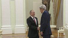 Наверное, деньги привезли – Путин пошутил о содержимом чемодана Джона Керри