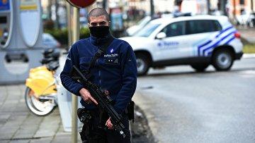 Сотрудник полиции Бельгии во время спецоперации в Скарбеке. Архивное фото
