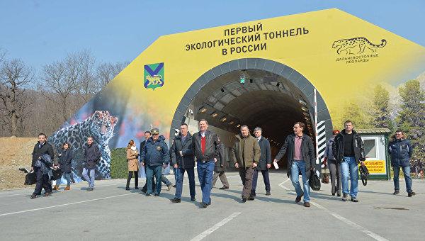 Руководитель администрации президента РФ С. Иванов открыл первый экологический тоннель в России