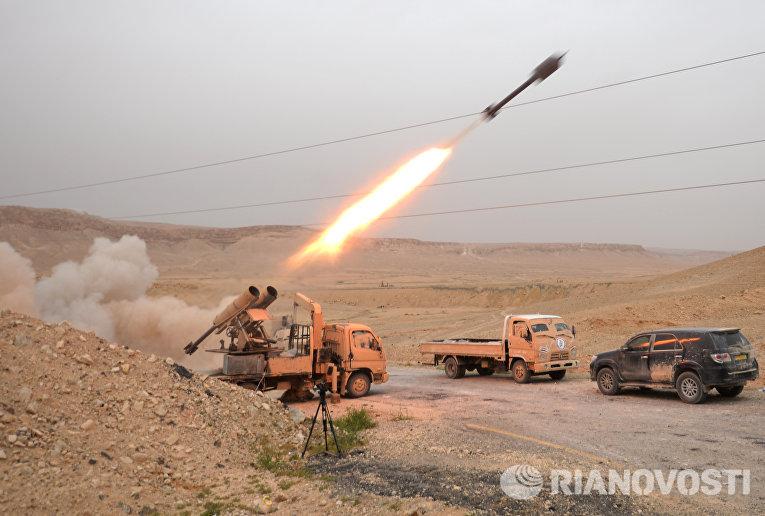 Бойцы Сирийской арабской армии и отряда народного ополчения Соколы пустыни обстреливают позиции боевиков в районе Пальмиры