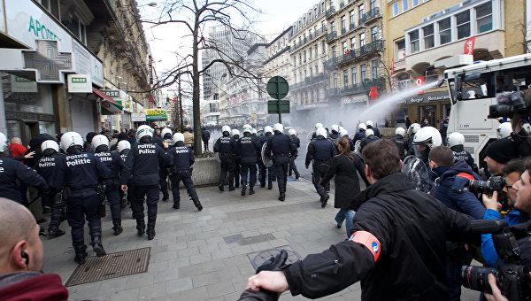Полиция задерживает бельгийских футбольных фанатов и националистов во время манифестации в центре Брюсселя