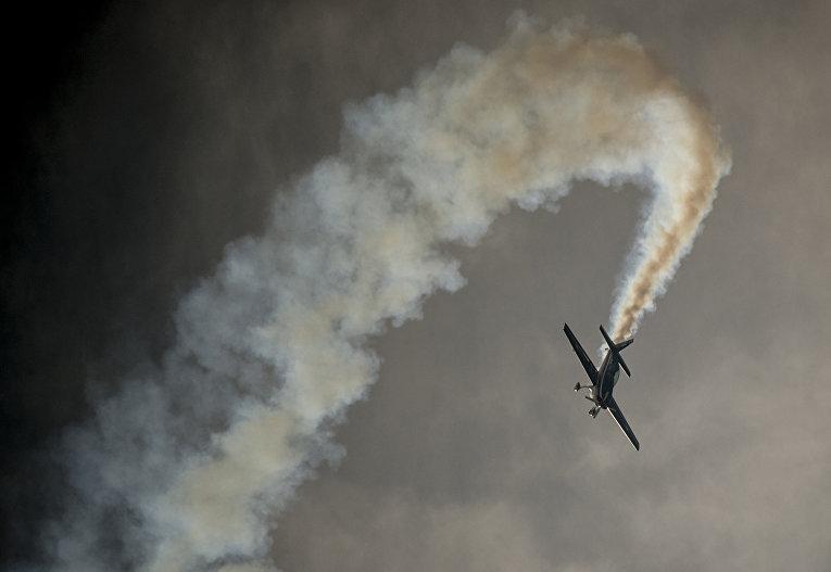 Самолет авиационной пилотажной группы ВВС Чили Halcones во время выступления на международном аэрокосмическом салоне Латинской Америки FIDAE в аэропорту Сантьяго