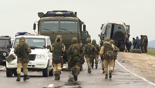 Сотрудники правоохранительных органов на месте подрыва колоны с красноярскими полицейскими на федеральной трассе Кавказ под Махачкалой
