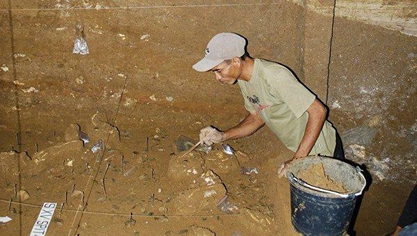 Ученые извлекают останки хоббитов из грунта на полу пещеры Лянг-Буа