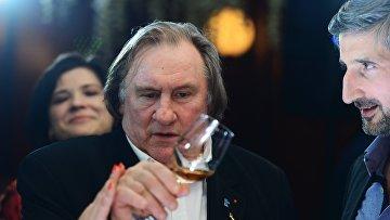 Актер Жерар Депардье дегустирует крымское вино в ресторане в Москве