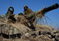 Танкисты во время подготовки боевых машин к учебному бою во время двухсторонних учений на полигоне Клерк в Приморском крае