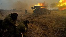 Батарея самоходных артиллерийских установок 2С5 Гиацинт во время комплексной тренировки по управлению огнем и подразделениями 5-й общевойсковой армии Дальневосточного военного округа на Сергеевском полигоне в Приморском крае