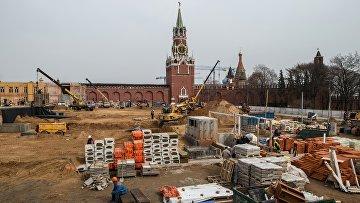 Строительные работы на месте снесенного 14-го корпуса Кремля в Москве. Архивное фото