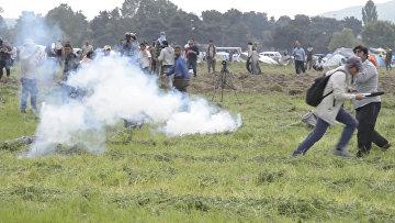Македонские полицейские слезоточивым газом разгоняли беженцев на границе