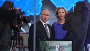 Президент России Владимир Путин отвечает на вопросы россиян в основной студии московского Гостиного двора во время ежегодной специальной программы Прямая линия с Владимиром Путиным