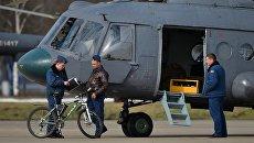 Военнослужащие у вертолета Ми-8АМТШ. Архивное фото