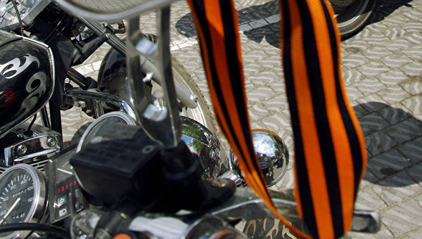 Георгиевская ленточка на мотоцикле одного из участников российского мотоклуба Ночные волки