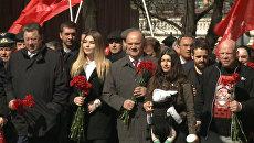 Зюганов и боец Монсон возложили цветы к Мавзолею Ленина. Кадры церемонии