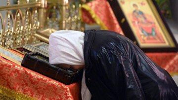 Прихожанка во время пасхальной службы в церкви Святой великомученицы Параскевы Пятницы в Казани