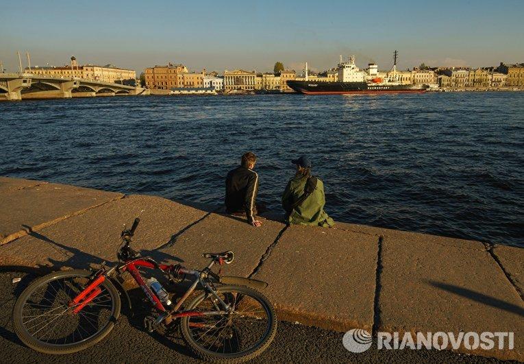 На дальнем плане: ледокол Мудьюг во время фестиваля ледоколов на реке Неве в Санкт-Петербурге