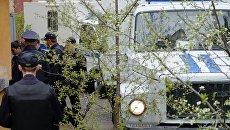 Доставка сотрудниками полиции задержанных по подозрению в совершении убийства Андрея Гошта и его семьи в Сызранский районный суд Самарской области. Архив