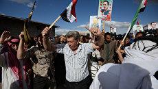Сирийские жители во время раздачи российской гуманитарной помощи. Архивное фото