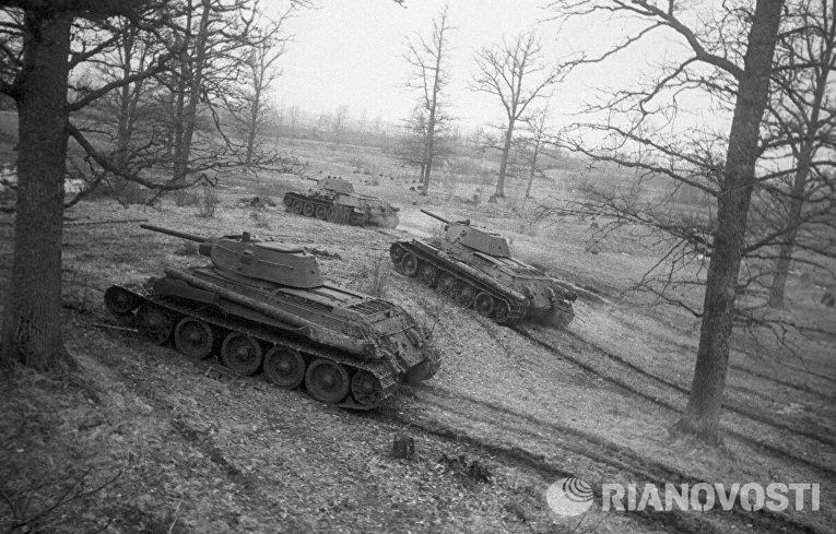 Советские танки Т-34 выходят на рубежи атаки