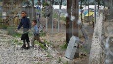 Вид на стихийный лагерь беженцев в районе села Идомени в Греции с территории Македонии. Архивное фото
