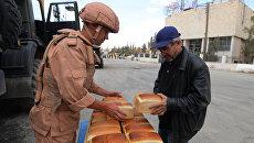 Раздача хлеба российскими военнослужащими жителям Пальмиры. Архивное фото