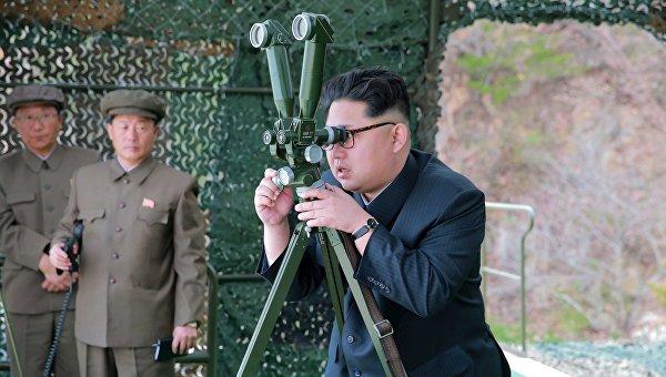 Северокорейский лидер Ким Чен Ын наблюдает за испытаниями балистической ракеты