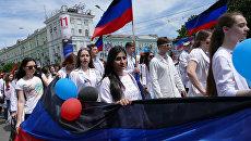 Участники праздничного шествия, посвященного второй годовщине провозглашения независимости Донецкой народной республики, в Донецке