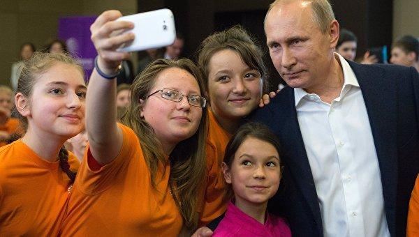 Президент РФ Владимир Путин фотографируется с учениками образовательного центра Сириус в Сочи