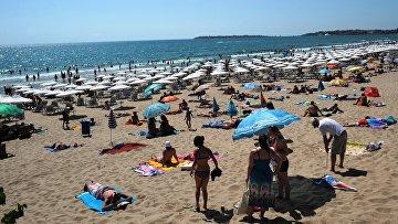 Туристы на пляже черноморского курорта Солнечный берег. Бургас, Болгария. Архивное фото