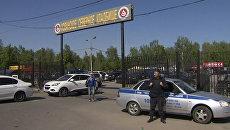 Полицейские оцепили Хованское кладбище в Москве, где произошла массовая драка