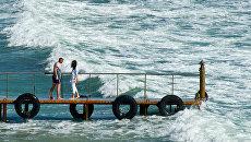 Отдыхающие на берегу Черного моря. Архивное фото