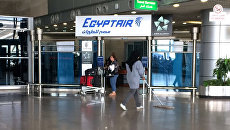 Логотип авиакомпании EgyptAir в аэропорту Каира, Египет. Архивное фото