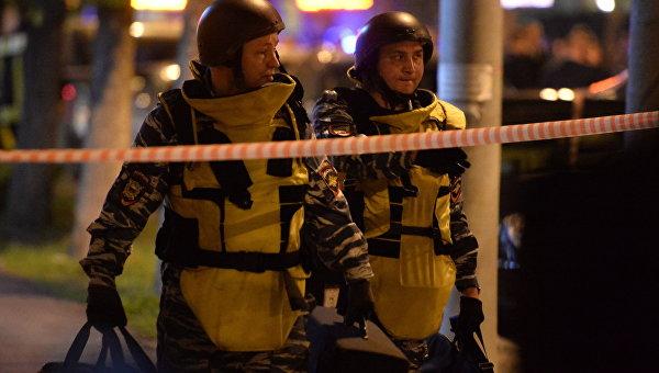 Сотрудники полиции у офиса Московского Кредитного Банка