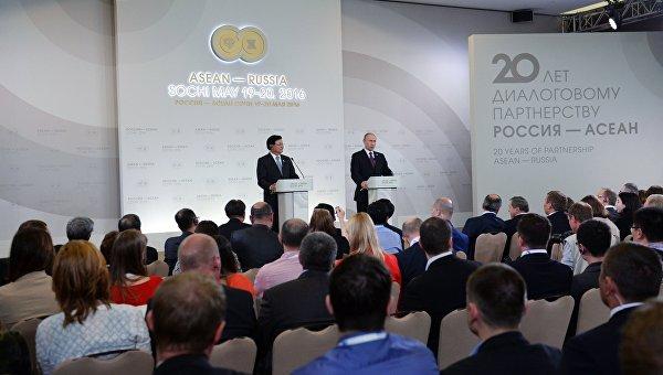 Президент Российской Федерации Владимир Путин и премьер-министр Лаосской Народно-Демократической Республики Тхонглун Сисулит на пресс-конференции по итогам саммита Россия — АСЕАН