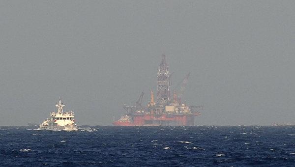 Прибытие нефтяной буровой платформы Хайян Шию-981 в район спорной акватории в Южно-Китайском море. 14 мая 2014 года. Архивное фото.