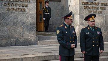 Министр обороны Украины генерал-полковник Степан Полторак (справа) перед представлением в Министерстве обороны Украины в Киеве. Архивное фото