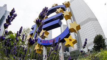 Скульптура, символизирующая евро. Архивное фото